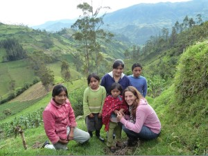 Ecuadorianische Familie auf den Feldern in den Anden