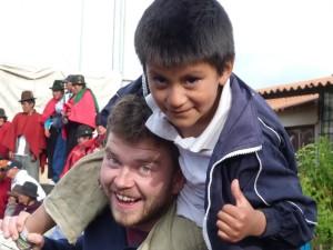 Einheimischer Junge auf den Schultern eines Mannes