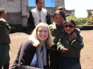 Indio-Mädchen haben sich Sonnenbrille ausgeliehen