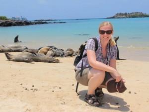 galapagos rundreise-santa-fe-strand-mensch