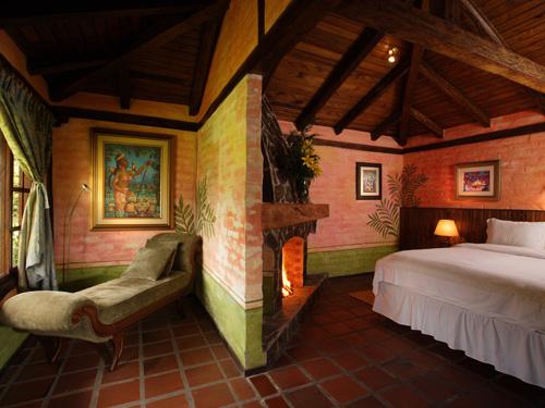 Doppelbett und Chaiselongue im Komforthotel