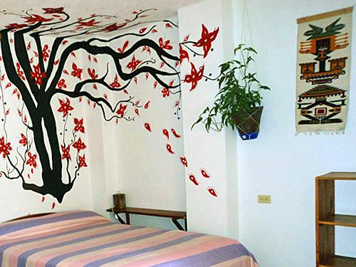 Doppelbett mit Wandmalerei