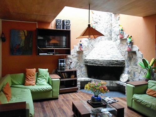 Blick in das gemütliche Wohnzimmer einer schlichten Unterkunft in Quito