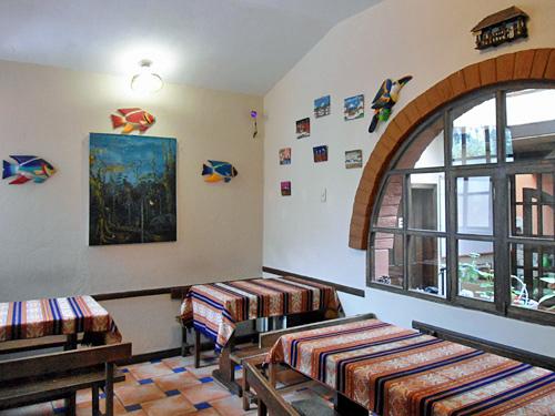 Frühstücksraum in einer einfachen Unterkunft