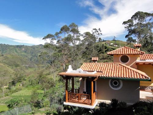 Blick auf die Anden und kleinen Cottages