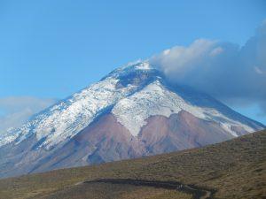 Vulkangipfel mit Schnee und Rauch