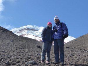 Reisende vor der Vulkanspitze des Cotopaxi