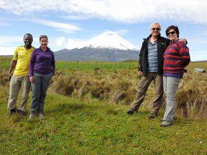 Zwei Paare vor Vulkan in Ecuador