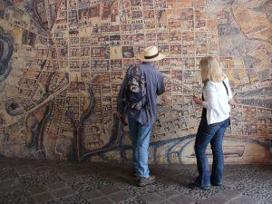 Menschen vor Wandkarte in Quito