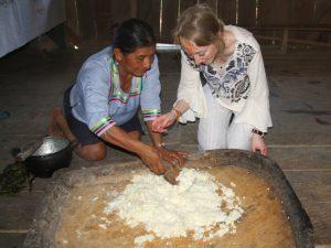 Familienmutter und Gast beim Zubereiten der Chicha