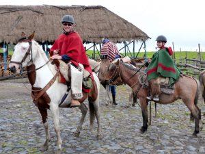 Sohn und Vater auf Pferden am Cotopaxi