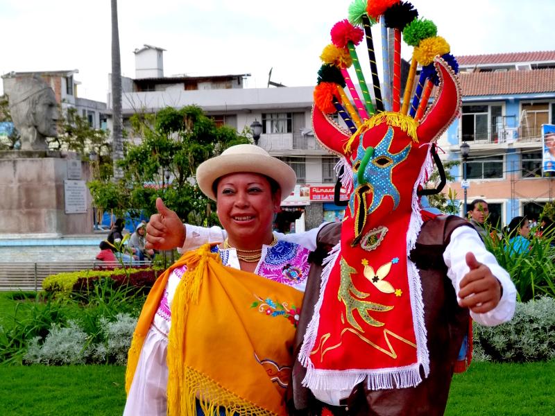 Kostümierte Ecuadorianer