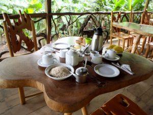 Fruehstueckstisch mit Speisen in Ecuador