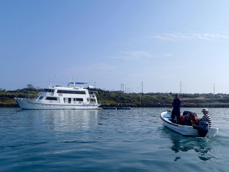 Männer transportieren Koffer im Boot