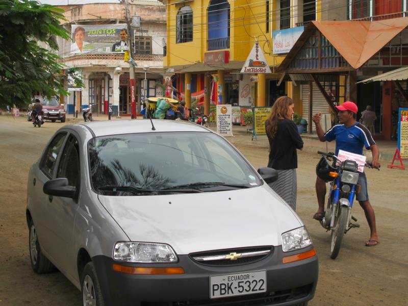Autofahrerin fragt Einheimischen nach Direktion