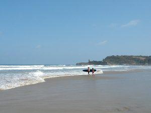 Surfer auf dem Weg ins Meer