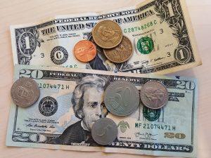 US-Dollarscheine und Münzen