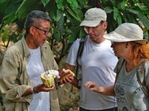 Ecuadorianer mit Reisenden auf Kakaoplantage