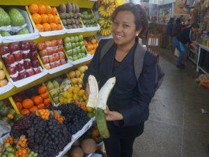 Verschiedene Früchte bei einem Marktbesuch in Lima.