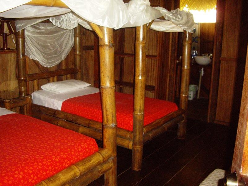 Betten und Badezimmer in der Lodge am Cuyabeno See