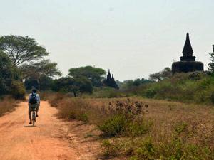reis Myanmar - fietsen tussen de tempelruines in Bagan
