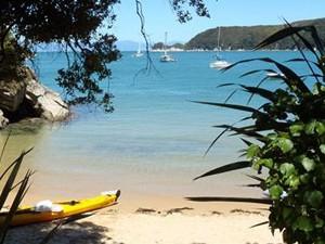 Türkisblaues Wasser und weiße Strände auf dem Abel Tasman Coast Track © Cab Roe