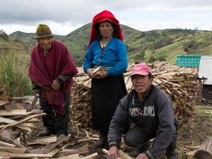 Bauern bei der Holzarbeit