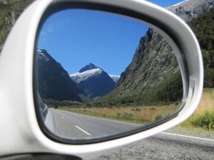 neuseeländische Landschaft im Rückspiegel