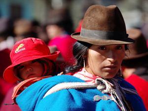 Frau mit Hut und Kind auf dem Rücken