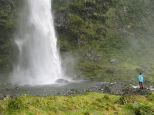 mann-vor-wasserfall