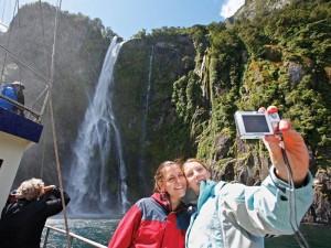 Neuseeland-Südinsel-milford-sound-boot-selfie-mit-wasserfall