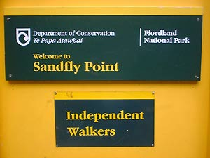 Endpunkt des Milford Track - Sandfly Schild