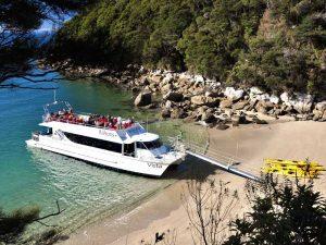 Schiff in der Bucht des Abel-Tasman-Nationalparks