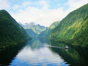 Turmhohe Berge und donnernde Wasserfälle prägen das Landschaftsbild entlang des Doubtful Sound