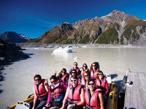 Bootstour auf dem Gletschersee während der Gruppenreise Neuseeland