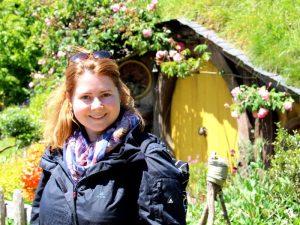 Besucher vor einem Hobbithaus