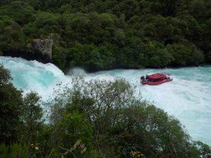 Boot an den Huka Wasserfällen