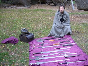 Schwerter und Helme auf einer Decke ausgebreitet - Herr der Ringe Drehorte