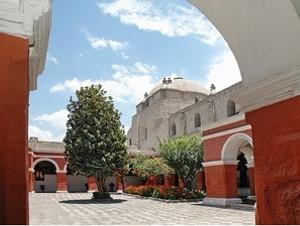 Besuchen Sie das farbenfrohe Kloster Catalina