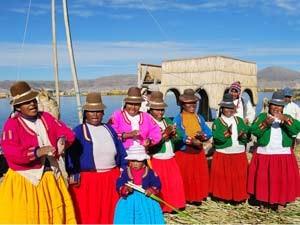 Farbenfroh gekleidete Einheimische