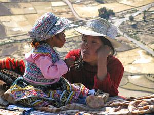 Mutter & Kind im Colca-Tal bei Peru Bolivien Chile Rundreise