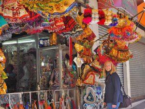 Touristin vor einem Geschäft mit bunten Kostümen