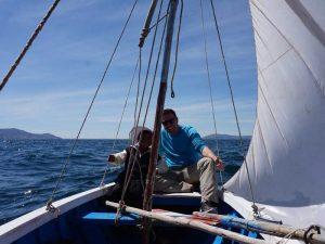 Tourist mit Einheimischen auf einem Segelboot