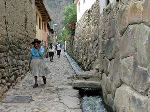 Straßenzug Ollantaytambo Peru Rundreise