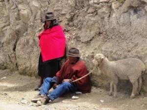 Zwei Peruaner mit Schaf