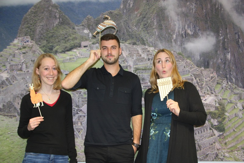 Peru und Bolivien Reisespezialisten vor Machu Picchu Hintergrund