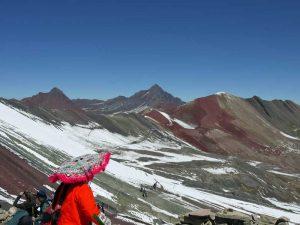 Einheimische am Aussichtspunkt auf den Rainbow Mountain