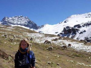 Reisende beim Aufstieg zum Rainbow Mountain mit Bergpanorama