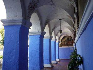 arequipa-klostermauern-blau