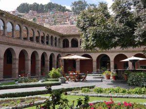 Blick auf den zentralen Platz mit vielen Kolonialgebäuden in Cusco